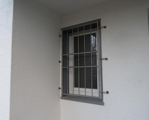 Modernes Fenstergitter aus Edelstahl