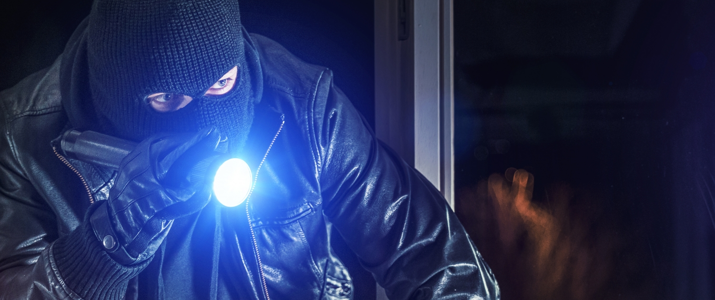 Einbrecher durchs Kellerfenster