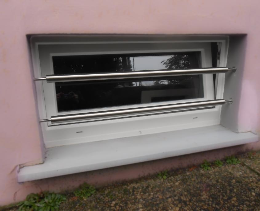 Kellerfenster Einbruchschutz zwischen der Laibung